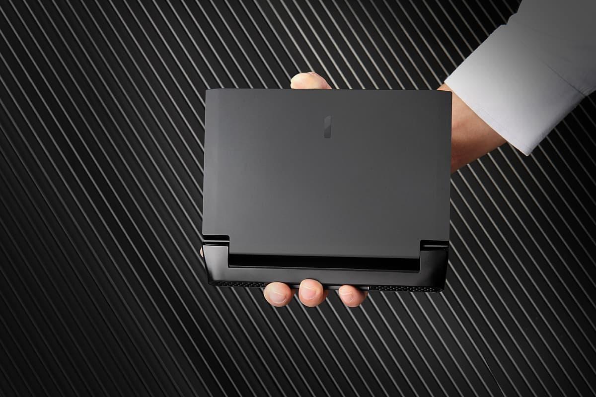 OneGx1 Proはコントローラーを外せばビジネスにも。